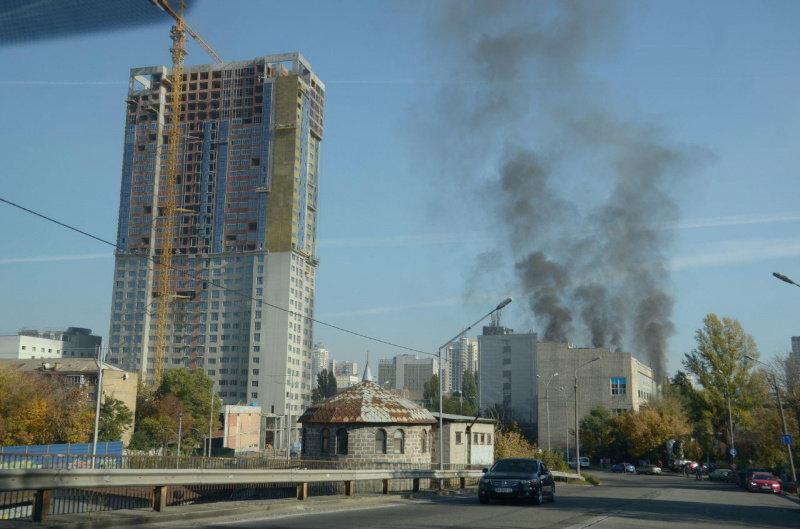 В центре Киева горит завод (видео)
