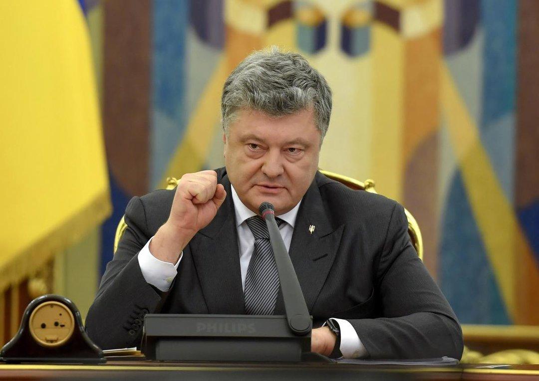 Порошенко ввел в действие решение СНБО о военном положении