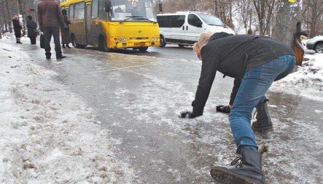 Столичных автомобилистов призывают воздержаться от поездок в понедельник из-за гололеда