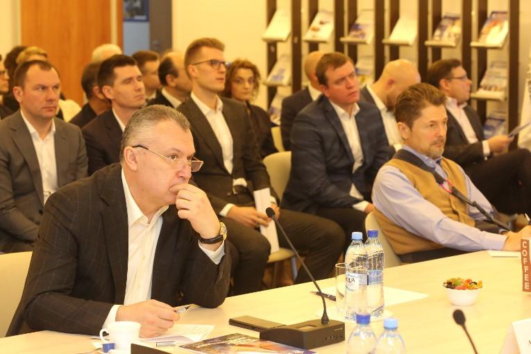 На переднем плане — председатели комиссии Александр Славинский и Александр Сорокин