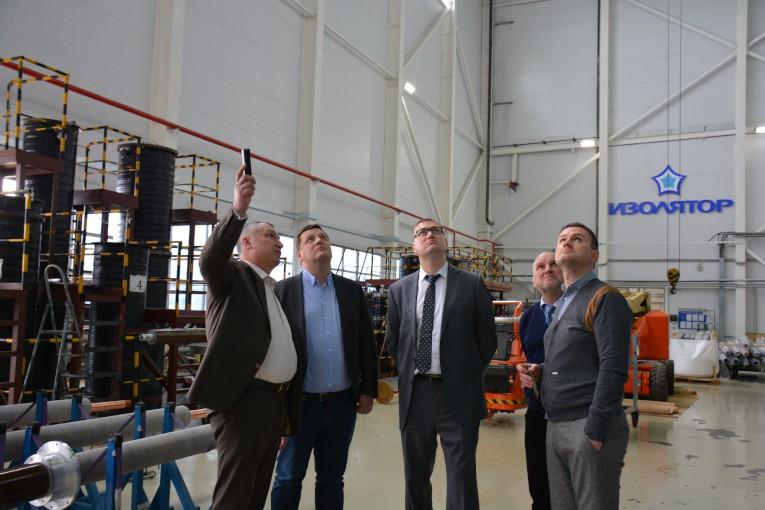 Руководство ГК «Севкабель» и НИИ «Севкабель» в сборочном цехе компании «Изолятор»