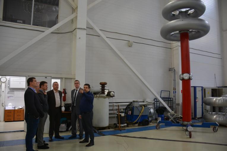 Дмитрий Иванов представляет оборудование испытательного центра компании «Изолятор» руководству ГК «Севкабель» и НИИ «Севкабель»