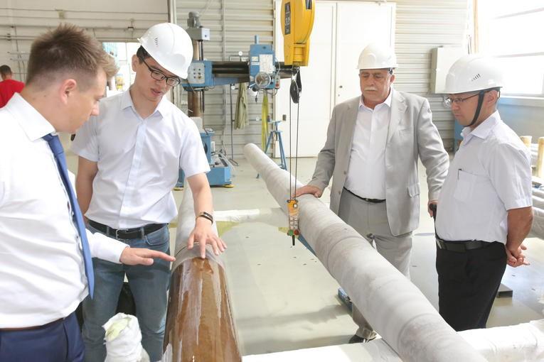 Участники инспекции вводов, изготовленных по заказу China XD Group, в компании «Изолятор» знакомятся с технологией изготовления внутренней RIP-изоляции высоковольтных вводов