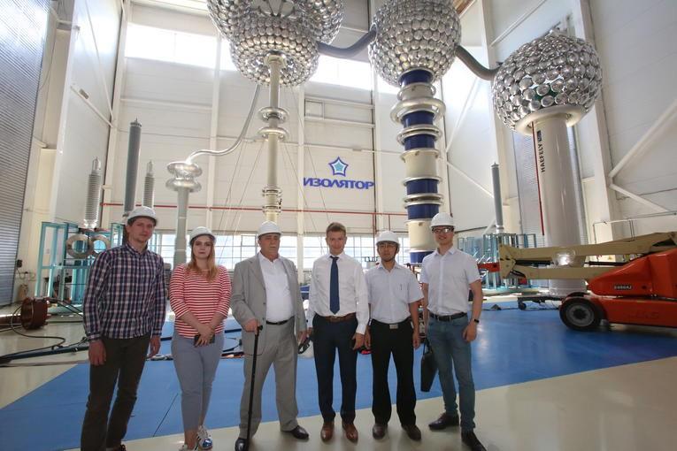 Участники инспекции вводов, изготовленных по заказу China XD Group, в испытательном центре компании «Изолятор»