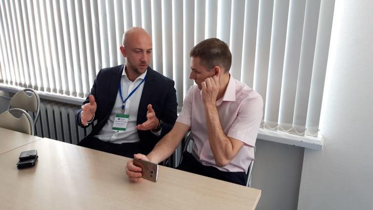 Александр Савинов (слева) и начальник отдела эксплуатации энергетического оборудования Производственно-технического управления Дальневосточной генерирующей компании Виталий Андриянов на семинаре компании «Изолятор» в Группе «РусГидро»