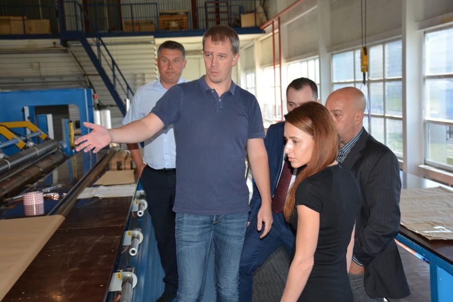 Представители Cartiera di Nebbiuno Srl в цехе изготовления изоляции компании «Изолятор»