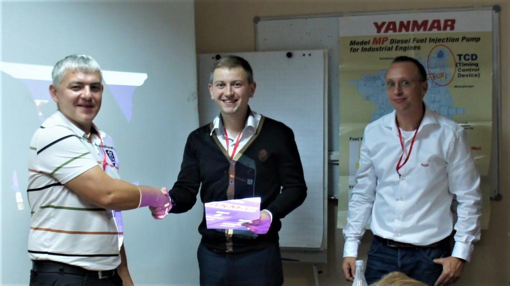 Вручение сертификата о прохождении тренинга специалисту ООО «Слэнакс» Евгению Соколову