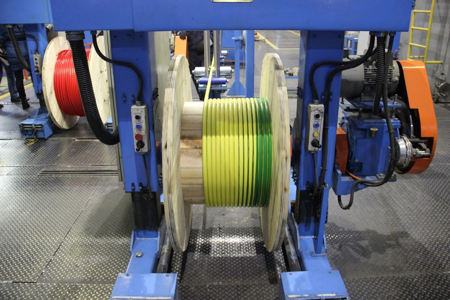 Процесс намотки кабеля на катушку